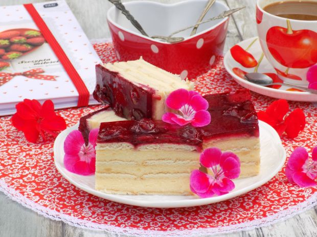 Gotowany sernik na herbatnikach z wiśniami