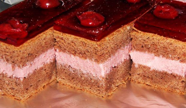 Gotowany sernik wiśniowy w kakaowym biszkopcie