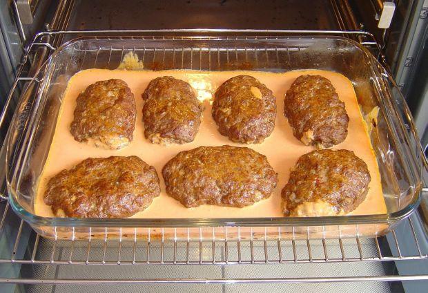 Greckie bifteki pieczone w sosie śródziemnomorskim