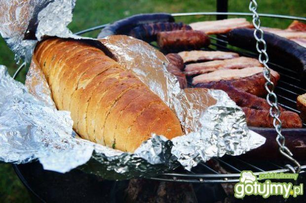 Grillowana bagietka z masłem czosnkowym