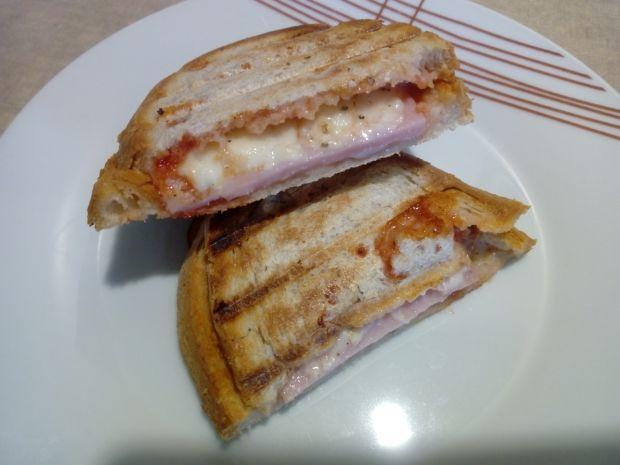 Grillowana kanapka z szynką i mozzarellą