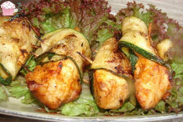 Grillowane kąski kurczaka w cukinii i boczku