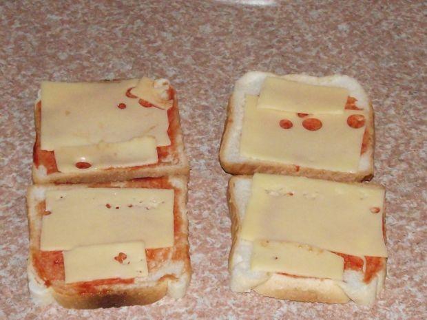 Grillowane tosty z dodatkiem kiszonego ogórka