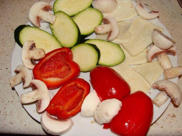Grillowane warzywa na rukoli
