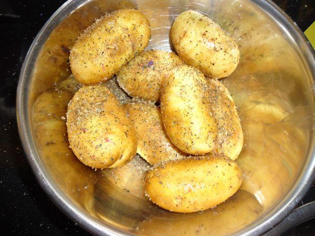 Grillowane ziemniaki otulone boczusiem