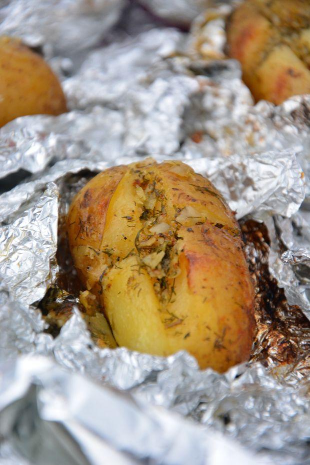 Grillowane ziemniaki z masłem cebulowo-ziołowym