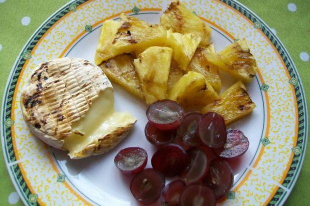 Grillowany camembert w towarzystwie owoców