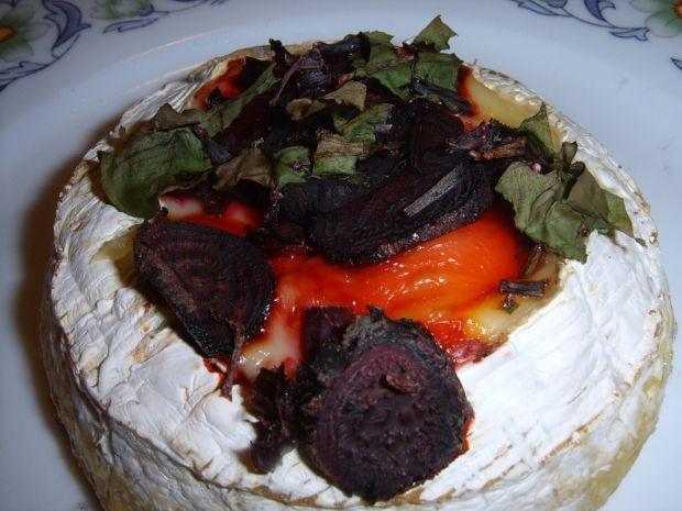 grillowany camembert z młodymi buraczkami i botwin