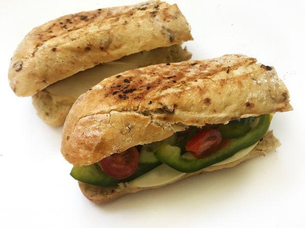 Grillowany hot-dog z warzywami