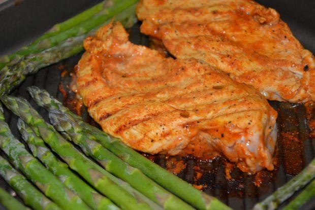 Grillowany kurczak i szparagi w sosie cytrynowym