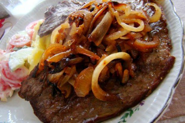 Grillowany udziec wołowy z cebulką i grzybami mun