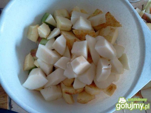 Gruszka jabłko i rabarbar w kompocie