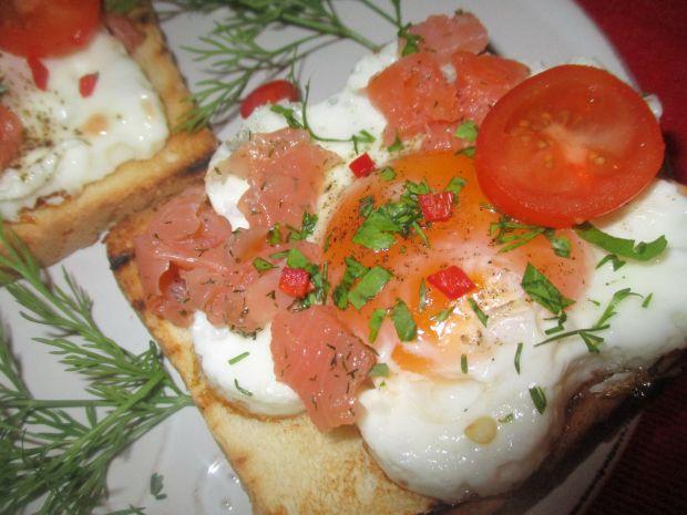 Grzanki z jajkami i łososiem