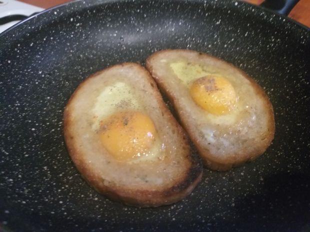 Grzanki z jajkiem i cebulką zieloną