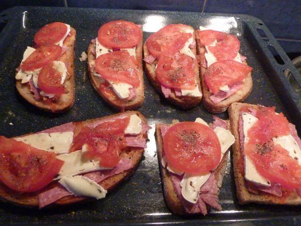 Grzanki z salami, brie i pomidorem