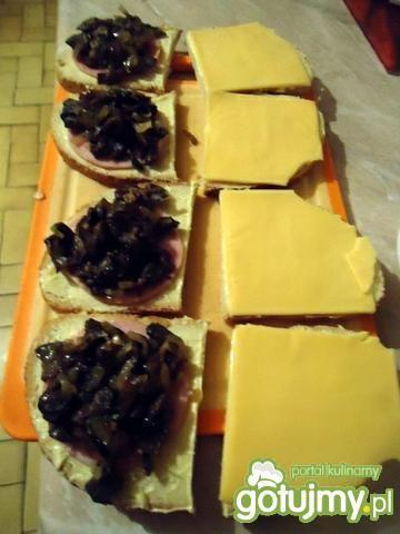 Grzanki z szynką, serem i pieczarkami
