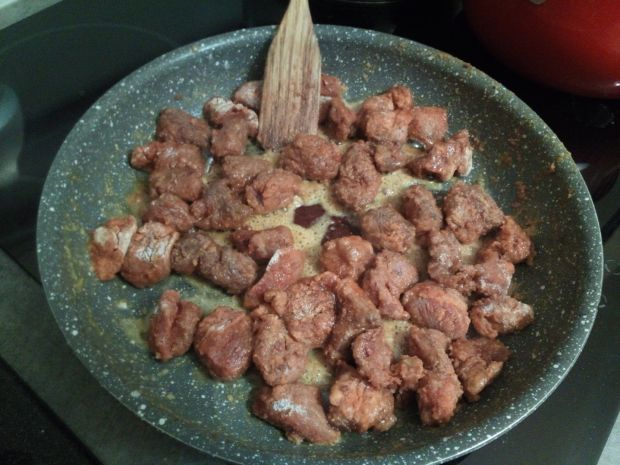 Gulasz wołowy z papryką, pieczarkami i ogórkiem