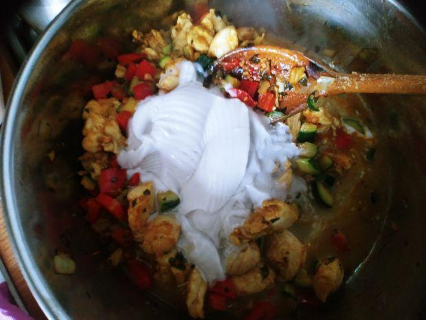 Gulasz drobiowy curry z papryką i cukinią