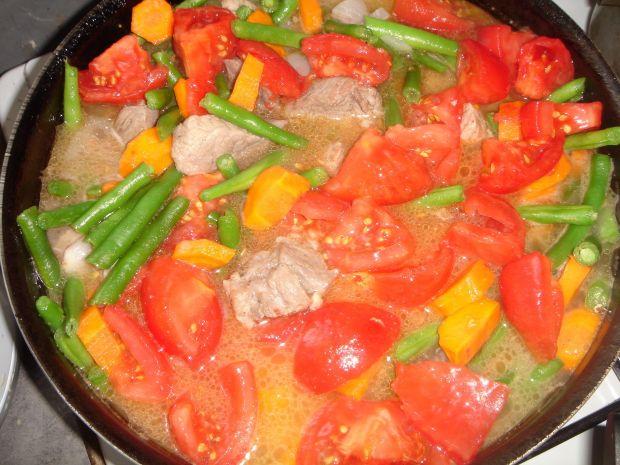 Gulasz wieprzowy z fasolką i pomidorami malinowymi