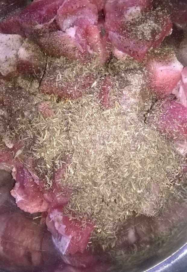 Gulasz wieprzowy z soczewicą i papryką kiszoną