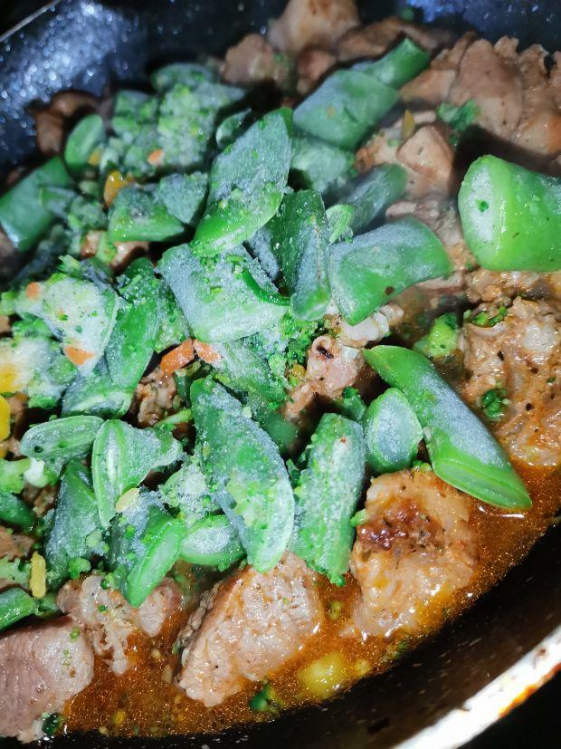 Gulasz wieprzowy z warzywami w sosie śmietanowym