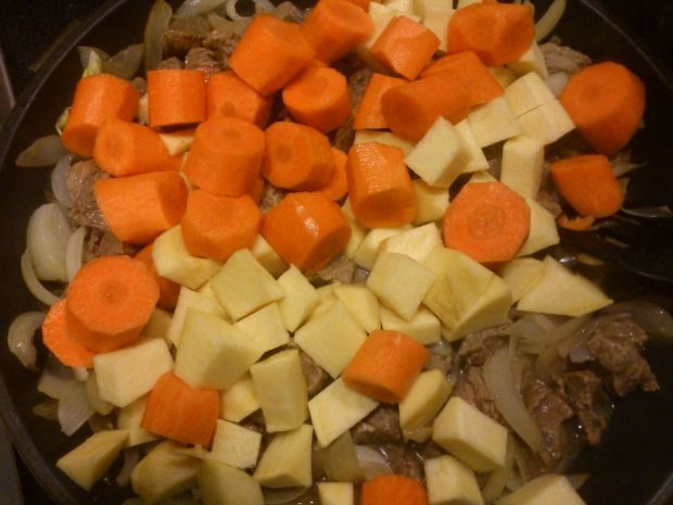 Gulasz z brukwią i kładzionymi kluskami