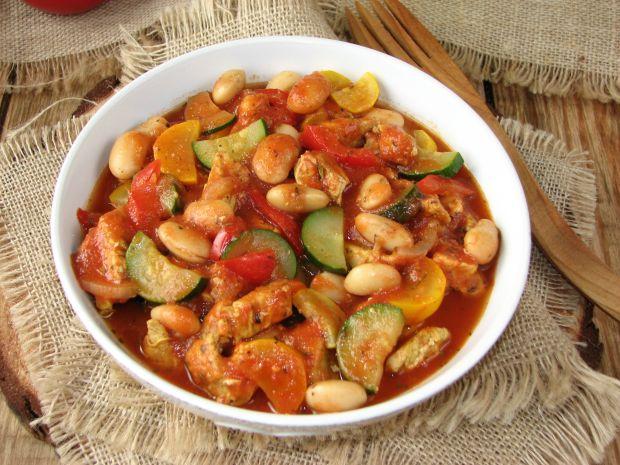 Gulasz z indyka fasolą i warzywami