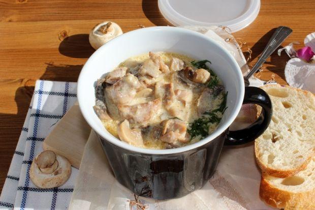 Gulasz z indyka z pieczarkami i sosem serowym