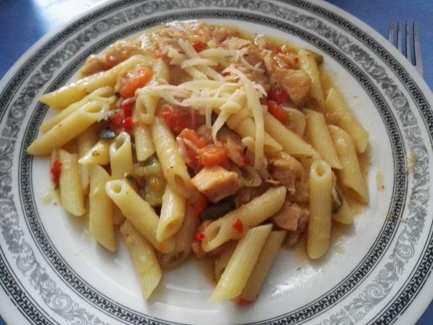 Gulasz z indyka z warzywami i makaronem