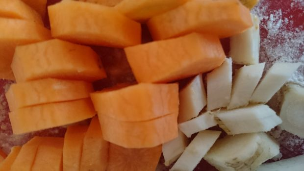 Gulasz z indyka z warzywami w sosie śmietanowym
