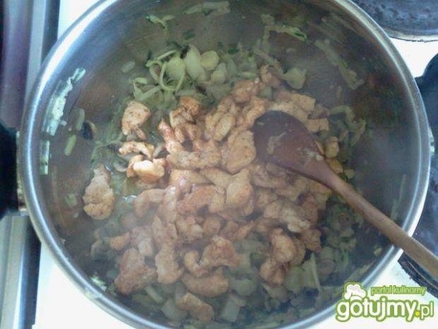 Gulasz z kurczaka i białych szparagów
