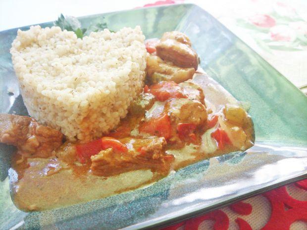 Gulasz z papryką i ogórkami konserwowymi
