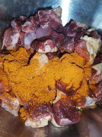 Gulasz z piersi gęsi w sosie.