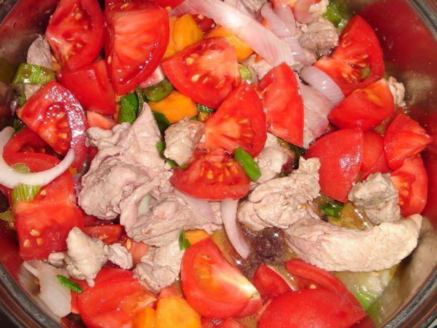 Gulasz z polędwiczki z winem i młodymi warzywami