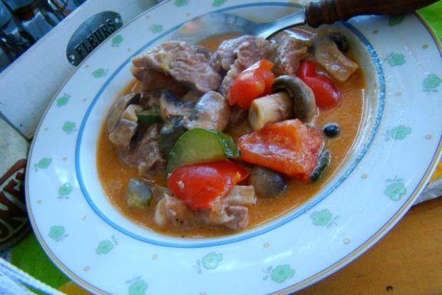 Gulasz z szynki z papryką , cukinią i pieczarkami