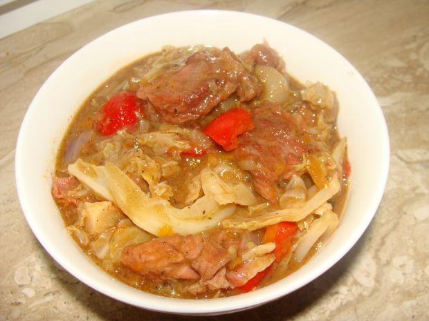 Gulasz z wołowiny i kapusty włoskiej