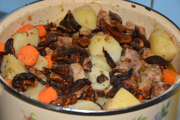 Gulasz ziemniaczany z karkówką i podgrzybkami