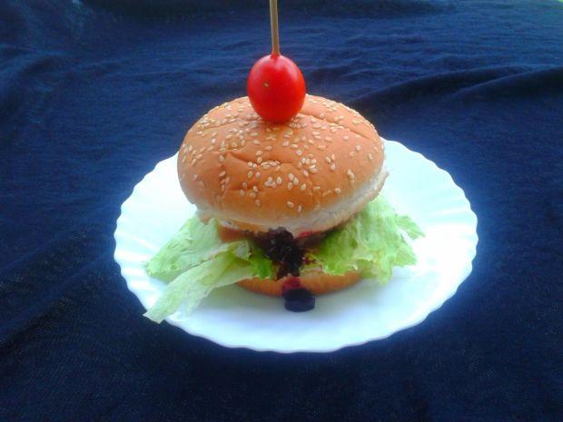 Hamburger z musem z jagód i fetą
