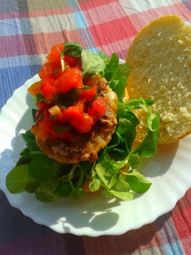 Hamburgery wołowe z salsą pomidorowo-paprykową
