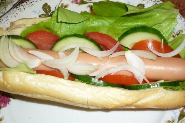 Hot dogi z sałatą, pomidorem i ogórkiem