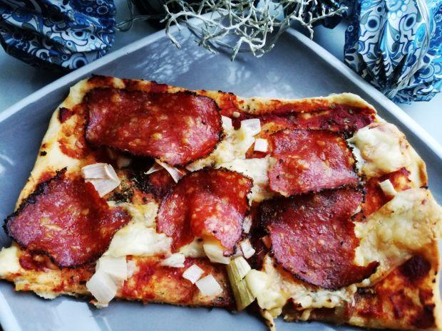 Hot Pizza z salami z czarnym pieprzem i serem