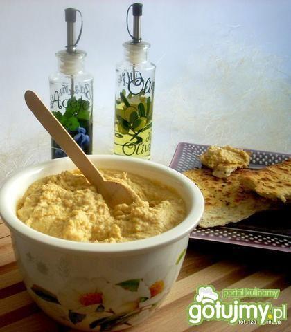 hummus zjedliśmy ją z ciepłymi chlebkami naan z czosnkiem i kolendrą, ale doskonała jest ze zwykłą świeżą bułką albo grzankami