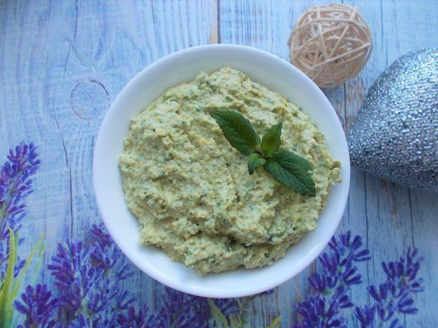 Hummus z dodatkiem szpinaku i herbaty matcha