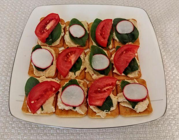 Imprezowe krakersy z hummusem i warzywami