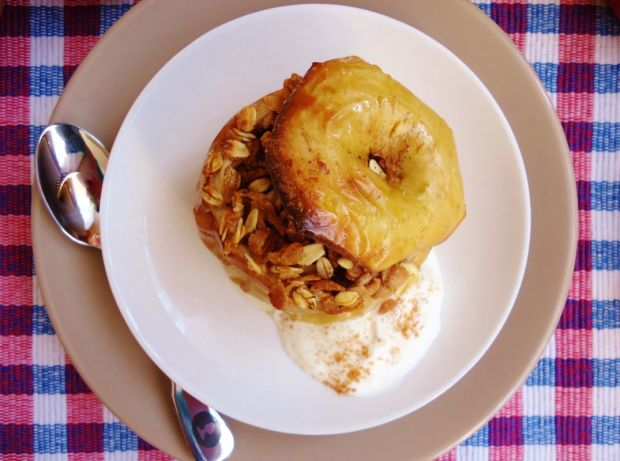 Jabłka pieczone z musli i syropem z hibiskusa