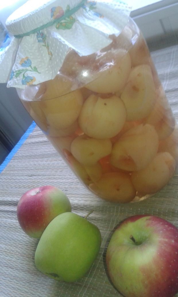 Jabłka w całości w kompocie