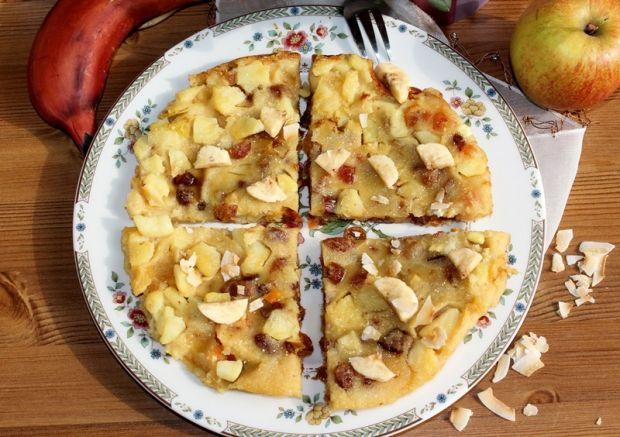 Jabłkowy placek z suszonymi owocami i bananem