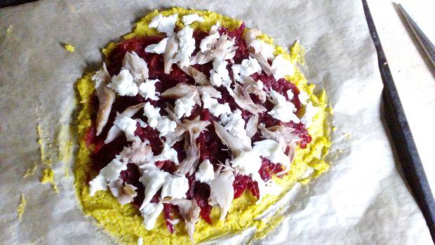 Jaglana pizza z duszonym burakiem i makrelą