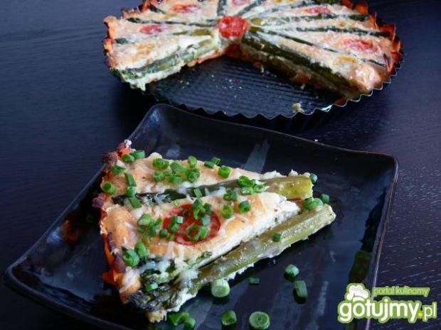 Jaglana tarta z zielonymi szparagami - Pieczemy przez 40 minut w temperaturze 150 stopni. Posypujemy serem gruyerre i zapiekamy jeszcze 5 minut. Przed podaniem posypujemy drobno posiekanym szczypiorki