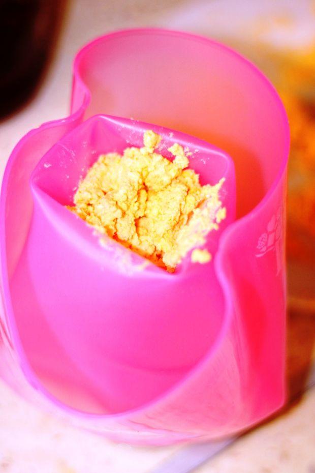 Jaja faszerowane pastą z plastrami piersi
